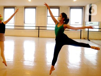 Para siswa menampilkan pertunjukan balet secara virtual di Rumah Karya Sjuma, Serpong, Tangerang Selatan, Banten, Minggu (20/12/2020). Pertunjukan balet tahunan ini sebagai ujian siswa Sekolah Ballet Sumber Cipta. (merdeka.com/Arie Basuki)