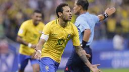 Bintang Brasil, Neymar merayakan golnya ke gawang Paraguay pada babak kualifikasi Piala Dunia 2018 zona CONMEBOL, Neymar telah mencetak enam gol selama babak kualifikasi Piala Dunia 2018 untuk Negaranya.  (AP/Nelson Antoine)