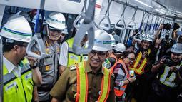 Gubernur DKI Jakarta Anies Baswedan saat mencoba Moda Raya Terpadu (MRT) dari Stasiun Bundaran HI-Lebak Bulus, Jakarta, Senin (10/12). Anies ditemani Dirut PT MRT Jakarta William Sabandar. (Liputan6.com/Faizal Fanani)