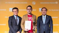 VP Ruangguru Ritchie Goenawan (tengah) menerima penghargaan bergengsi berskala global dari ITU Global Industry Awards 2019 di Budapest, Hungaria. (Foto: Ruangguru)