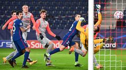 Bek Atletico Madrid, Mario Hermoso, saat mencetak gol ke gawang RB Salzburg pada laga lanjutan Grup A Liga Champions di Red Bull Arena, Kamis (10/12/2020) dini hari WIB. Atletico Madrid menang 2-0 atas RB Salzburg. (AFP/Joe Klamar)