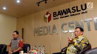 Ketua Bawaslu Abhan (kanan) memberi pemaparan saat membahas persoalan seputar DPT Pemilu 2019 di kantor Bawaslu, Jakarta, Rabu (14/11). Bawaslu menilai masih banyak DPT ganda dan bermasalah diberbagai daerah. (Liputan6.com/Johan Tallo)