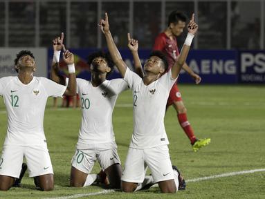 Pemain Timnas Indonesia U-19 melakukan selebrasi gol yang dicetak Bagus Alfikri ke gawang Timnas Hong Kong U-19 pada laga Kualifikasi AFC U-19 2020 di Stadion Madya, Senayan, Jumat (8/11). Indonesia U-19 menang 4-0 atas Hong Kong U-19. (Bola.com/Yoppy Renato)