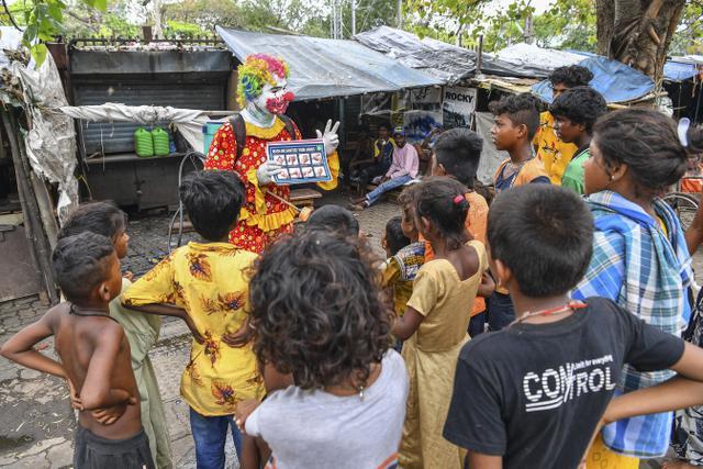 Badut Membantu Anak-Anak Mumbai Melawan COVID-19