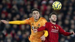 Gelandang Liverpool, Adam Lallana, berebut bola dengan pemain Wolverhampton Wanderers, Max Kilman, pada laga Premier League 2019 di Stadion Anfield, Minggu (29/12). Liverpool menang 1-0 atas Wolverhampton. (AP/Jon Super)