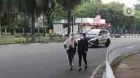 Warga berolahraga sore di kawasan Taman Mini Indonesia Indah, Jakarta, Minggu (22/8/2021). TMII kembali dibuka mulai 06.00-18.00 WIB namun terbatas hanya untuk kegiatan berolahraga outdoor atau luar ruangan dan dengan syarat menunjukkan sertifikat vaksinasi covid-19. (Liputan6.com/Herman Zakharia)