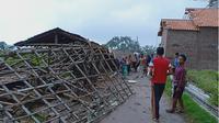 Puluhan rumah di Probolinggo rusak disapu puting beliung. (Liputan6.com/Dian Kurniawan)