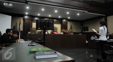 Terdakwa kasus dugaan pembunuhan Wayan Mirna Salihin, Jessica Wongso membacakan pledoi pada sidang lanjutan di PN Jakarta Pusat, Rabu (12/10). Sebanyak 3.000 halaman nota pembelaan dibacakan oleh Jessica Wongso. (Liputan6.com/Faizal Fanani)