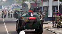 TNI mempersiapkan Panser Anoa untuk dinaiki Presiden Joko Widodo saat menghadiri upacara pengangkatan dirinya sebagai warga kehormatan pasukan khusus TNI, Kamis (16/4/2015). (Liputan6.com/Yoppy Renato)