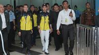 Kevin Sanjaya dan Marcus Gideon saat tiba di Bandara Soekarno-Hatta, Cengkareng (20/3/2018). Kevin/Marcus berhasil mempertahankan gelar juara All England 2018. (Bola.com/Nick Hanoatubun)