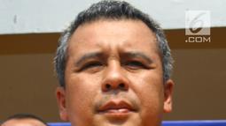 Kapolres Tangerang Selatan AKBP Ferdy Irawan memperlihatkan barang bukti senjata api saat gelar perkara kasus pembobolan toko di Polsek Pamulang, Jumat (19/10). Satu perampok tewas tertembak dan dua lainnya berhasil diamankan. (Merdeka.com/Arie Basuki)