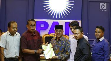 Ketua F-PAN DPR Yandri Susanto (tengah) menerima Gerakan Aliansi Menolak Pertambangan Gunung Gede dan Merdeka Banten di Jakarta, Rabu (20/3). Mereka mengadukan masalah penambangan Gunung Gede dan Gunung Merdeka di Banten. (Liputan6.com/JohanTallo)