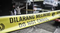 Tim Gegana memasang garis batas di sekeliling TKP saat penggerebekan rumah toko milik terduga teroris di kawasan Condet, Jakarta Timur, Senin (29/3/2021). Hingga saat ini petugas gabungan masih berjaga di lokasi untuk penyelidikan. (merdeka.com/Iqbal S Nugroho)