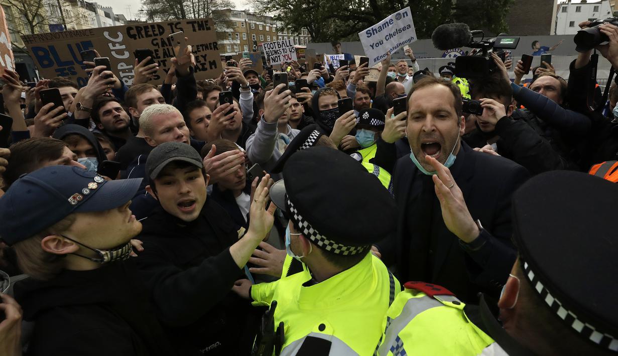 Mantan kiper Chelsea, Petr Cech (kanan) mencoba menenangkan para fans yang melakukan unjuk rasa atas keputusan klub yang ikut menyetujui dibentuknya Liga Super Eropa di luar Stadion Stamford Bridge, London, Selasa (20/4/2021). (AP/Matt Dunham)