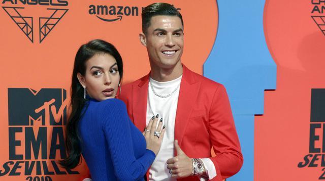Cristiano Ronaldo bersama kekasihnya, Georgina Rodriguez, berpose usai menghadiri acara MTV Europe Music Awards di Sevilla, Spanyol (3/10/2019). (AFP/Cristina Quicler)
