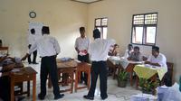 Ilustrasi - Petugas KPPS menghitung perolehan suara dalam Pilkada . (Foto: Liputan6.com/BPBD CLP/Muhamad Ridlo)
