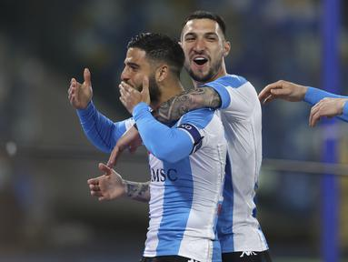 Penyerang Napoli, Lorenzo Insigne (kiri) melakukan selebrasi setelah mencetak gol ke gawang Lazio pada pertandingan  Liga Serie A Italia di Stadion San Paolo, Italia, Jumat (23/4/2021). Insigne mencetak dua gol dan mengantar Napoli menang telak atas Lazio 5-2. (Alessandro Garofalo/Lapresse via AP)