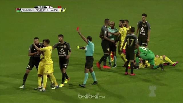 Berita video laga Piala Liga Uni Emirat Arab, Al Wasl vs Shabab Al Ahli Dubai, berlangsung keras dan tiga kartu merah harus dikeluarkan wasit. This video presented by BallBall.