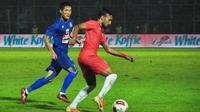 Gelandang Arema FC, Oh In-kyun, mengawasi pergerakan gelandang Persija Jakarta, Rohit Chand, dalam laga terakhir Grup B Piala Gubernur Jatim 2020 di Stadion Kanjuruhan, Malang, Sabtu (15/2/2020) malam WIB. (Bola.com/Iwan Setiawan)