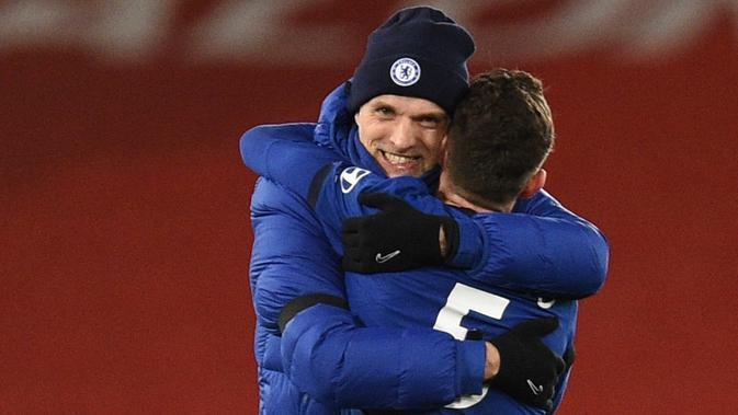 Manajer Chelsea, Thomas Tuchel, memeluk Jorginho ketika berhasil mengalahkan Liverpool pada laga Premier League. (AFP/Oli Scarff)