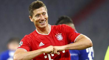 Pemain Bayern Munchen, Robert Lewandowski, melakukan selebrasi usai membobol gawang Chelsea pada laga Liga Champions di Allianz Arena, Sabtu (8/8/2020). Bayern Munchen menang 4-1 atas Chelsea. (AP/Matthias Schrader)