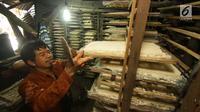 Pekerja menjemur adonan oncom di salah satu rumah industri di Jakarta, Rabu (6/12). Sebesar Rp 60 triliun atau 50 persen dari Kredit Usaha Rakyat (KUR) akan disalurkan pada tahun depan dan dialokasikan ke sektor produktif. (Liputan6.com/Angga Yuniar)