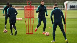 Bek Tottenham Hotspur, Eric Dier (kedua kanan) menggiring bola saat latihan di Pusat Pelatihan Enfield, London utara (12/2). Tottenham akan bertanding melawan Borrusia Dortmund pada 16 besar Liga Champions di stadion Wambley. (AFP Photo/Glyn Kirk)