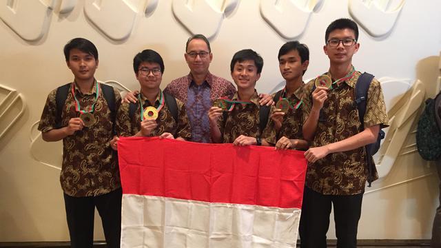 Dubes RI untuk Portugal Ibnu Wahyutomo bersama kontingen Indonesia peraih medali dalam Olimpiade Fisika Internasional di Lisabon, Portugal Juli 2018 (sumber: KBRI Lisabon)