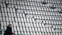 Pelatih Manchester United, Ole Gunnar Solskjaer menyaksikan pemainnya bertanding melawan Real Sociedad pada pertandingan leg pertama babak 32 besar Liga Europa di stadion Juventus, Turin (19/2/2021). Berkat hasil ini, MU lebih mudah melangkahkan satu kaki mereka di babak 16 besar. (AFP/Marco Bertore