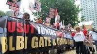 Massa menggelar aksi teatrikal dan membentangkan spanduk saat berunjuk rasa di depan Gedung KPK, Jakarta, Rabu (17/7). Massa menuntut KPK segera menuntaskan kasus mega skandal BLBI dan Century. (Merdeka.com/Dwi Narwoko)
