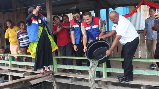 penyerahan bibit 500 ikan di Kampung Netar Sentani. (Liputan6.com/Katharina Janur)