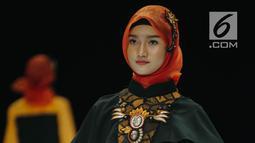 """Model mengenakan busana rancangan Lia Afif bertajuk """"Rancakaroros Resitala"""" pada ajang Indonesia Fashion Week (IFW) 2019 di Jakarta Convention Center, Kamis (28/3). Hitam menjadi warna dasar untuk 12 desain rancangannya yang menggunakan kain batik dari Kutai Timur. (Liputan6.com/Faizal Fanani)"""