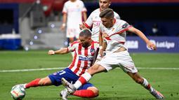 Gelandang Atletico Madrid, Yannick Ferreira Carrasco, berebut bola dengan bek Real Mallorca, Antonio Raillo, pada laga lanjutan La Liga di Wanda Metropolitano, Sabtu (4/7/2020) dini hari WIB. Atletico Madrid menang 3-0 atas Mallorca. (AFP/Pierre-Philippe Marcou)