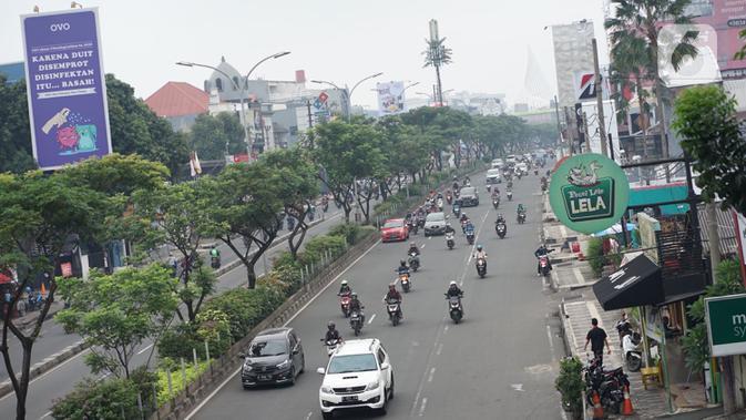 Kendaraan melintas di Jalan Margonda Raya, Depok, Jawa Barat, Rabu (21/10/2020). Satlantas Polrestro Kota Depok menguji coba sistem tilang elektronik bagi pengendara mobil dan motor yang rencananya akan diberlakukan pada 1 November 2020 mendatang. (Liputan6.com/Immanuel Antonius)