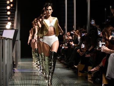 """Model mengenakan koleksi pakaian dalam selama peragaan busana """"Lingerie Rocks"""" di Paris, 20 Januari 2019. Pertunjukan itu menampilkan merek-merek Prancis serta mengundang tiga desainer muda, Badines, Jolies Memes dan Henriette H. (Philippe LOPEZ/AFP)"""