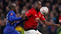Gelandang Chelsea,N'Golo Kante berebut bola dengan striker Manchester United, Romelu Lukaku pada laga putaran kelima Piala FA di Stamford Bridge, Senin (18/2). Manchester United lolos ke perempat final usai mengalahkan Chelsea 2-0. (Adrian DENNIS/AFP)