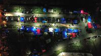 Foto udara menunjukkan tenda-tenda di tempat penampungan darurat di Mamuju (19/1/2021). Basarnas menyebut hingga pukul 16.00 WIB, Senin (18/1/2021) sebanyak 84 orang meninggal akibat gempa yang terjadi di Sulawesi Barat (Sulbar). (AFP/Adek Berry)