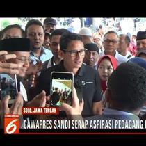 Cawapres Sandiaga Uno, didampingi Ketua MPR Zulkifli Hasan, berinteraksi dengan pedagang Pasar Kadipolo di Solo, Jawa Tengah.