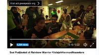 Menteri Kelautan dan Perikanan Susi Pudjiastuti menikmati sarapan ikan di ruang makan Kapal Rainbow Warrior. (Screenshot: Twitter/akun @GreenpeaceID)