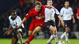 2. Michael Owen - Michael Owen juga pernah dua kali mencetak empat gol bersama Liverpool di Premier League. Owen menorehkan quattrick pada laga melawan Nottingham Forest pada Oktober 1998 dan West Bromwich Albion di April 2003. (AFP/Adrian Dennis)
