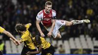 3. Matthijs de Ligt (Ajax Amsterdam) - Bek bernomor punggung empat ini sedang diincar banyak klub besar Eropa karena tampil menawan. Di usia yang baru menginjak 19 tahun ia  sudah dipercaya menjadi kapten tim sebesar Ajax. (AFP/Aris Messinis)