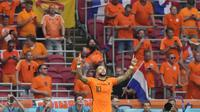 Memphis Depay berselebrasi usai mencetak gol pembuka Belanda ke gawang Austria pada laga Grup C Euro 2020 di Johan Cruijff Arena , Amsterdam, Belanda, Jumat (17/6/2021) dini hari WIB. (AP Photo/Peter Dejong, Pool)