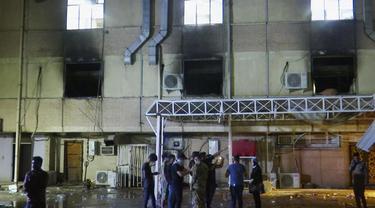 RS di Baghdad yang terbakar pada Sabtu (24/4) akibat ledakan tabung oksigen.