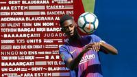 Penyerang baru Barcelona, Ousmane Dembele mengontrol bola saat perkenalan dirinya di Stadion Camp Nou, Barcelona, Spanyol, (28/8). Dembele dibeli Barcelona dari Borussia Dortmund. (AP Photo / Manu Fernandez)