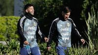Sergio Aguero dan Lionel Messi menghadiri sesi latihan bersama timnas Argentina di Buenos Aires, Rabu (23/5). Argentina mempersiapkan diri menghadapi pertandingan persahabatan melawan Haiti pada 29 Mei menjelang Piala Dunia 2018. (AP/Victor R. Caivano)