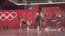 Sara Petersen (kiri) dari Denmark terjatuh saat Femke Bol (kanan) dari Belanda berlomba untuk memenangkan perlombaan lari gawang 400 meter putri Olimpiade Tokyo 2020 di Tokyo, Jepang, Senin (2/8/2021). (AP Photo/Charlie Riedel)