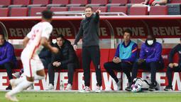 Fleksibilitas Taktik - Julian Nagelsmann dikenal sebagai juru taktik yang dapat bermain dalam sejumlah formasi di setiap laga. Strategi pelatih RB Leipzig ini bahkan kerap membingungkan lawan karena menerapkan formasi yang aneh dan berubah-ubah. (AFP/Rolf Vennenbernd)