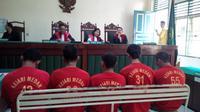 Napi Tanjung Gusta bernama Julianto itu berpeluang bebas dari hukuman jika vonis hakim tidak dibacakan juga sebelum 19 Agustus 2016. (Liputan6.com/Reza Perdana)