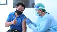 Peraih medali emas Olimpiade Sydney 2000, Candra Wijaya, menjalani vaksinasi Covid-19 di Rumah Sakit Olahraga Nasional, Cibubur, Jakarta Timur, Senin (1/3/2021). (PBSI)