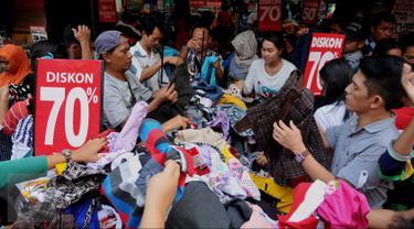 Warga memilih pakaian di kawasan perbelanjaan Pasar Baru, Jakarta, Minggu (26/6). Menjelang lebaran sejumlah toko mulai memberikan potongan harga untuk menarik pembeli. (Liputan6.com/Gempur M Surya)